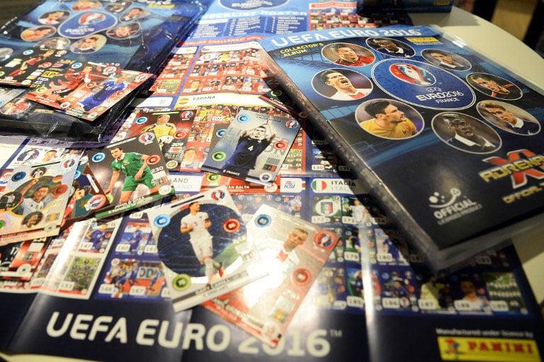 """Wann kommt das neue Panini Heft zur EM 2020? Am 15.März 2016 wurden von Panini die Sammelkarten zur """"UEFA EURO 2016"""" in Paris präsentiert. / AFP / BERTRAND GUAY"""