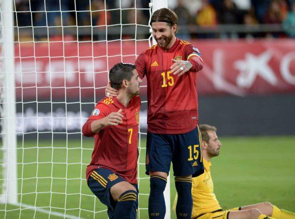Spaniens Stürmer Alvaro Morata (L) und der spanische Verteidiger Sergio Ramos nach einem Tor während des Fußball-Qualifikationsspiels zur Euro 2020 Gruppe F zwischen Spanien und Malta. Nun will man natürlich auch ins EM-Achtelfinale 2021. (Photo by CRISTINA QUICLER / AFP)