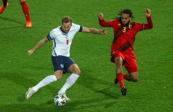 Englands Stürmer Harry Kane (L) kämpft mit Belgiens Jason Denayer um den Ball während des UEFA Nations League Fußballspiels zwischen Belgien und England, am 15. November 2020 im Den Dreef Stadion in Louvain. (Foto: VIRGINIE LEFOUR / BELGA / AFP)
