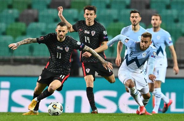 Kroatiens Marcelo Brozovic (L) und Sloweniens Sandi Lovric kämpfen um den Ball während des Fußballspiels der Gruppe H der FIFA Fussball-Weltmeisterschaft Katar 2022 zwischen Slowenien und Kroatien im Stozice-Stadion in Ljubljana, Slowenien, am 24. März 2021. (Photo by JOE KLAMAR / AFP)