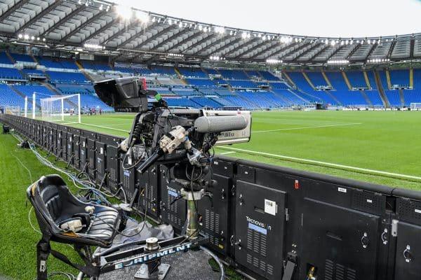 Eine Gesamtansicht zeigt eine Fernsehübertragungskamera und leere Tribünen vor dem italienischen Serie-A-Fußballspiel Lazio gegen Fiorentina, das am 27. Juni 2020 hinter verschlossenen Türen im Olympiastadion in Rom ausgetragen wird, da das Land seine Abriegelung lockert, die darauf abzielt, die Ausbreitung der COVID-19-Infektion einzudämmen, die durch das neuartige Coronavirus verursacht wird. (Foto: Alberto PIZZOLI / AFP)