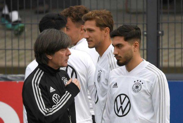 Der deutsche Bundestrainer im Training mit seinen jungen Nationalspielern. (Foto AFP)